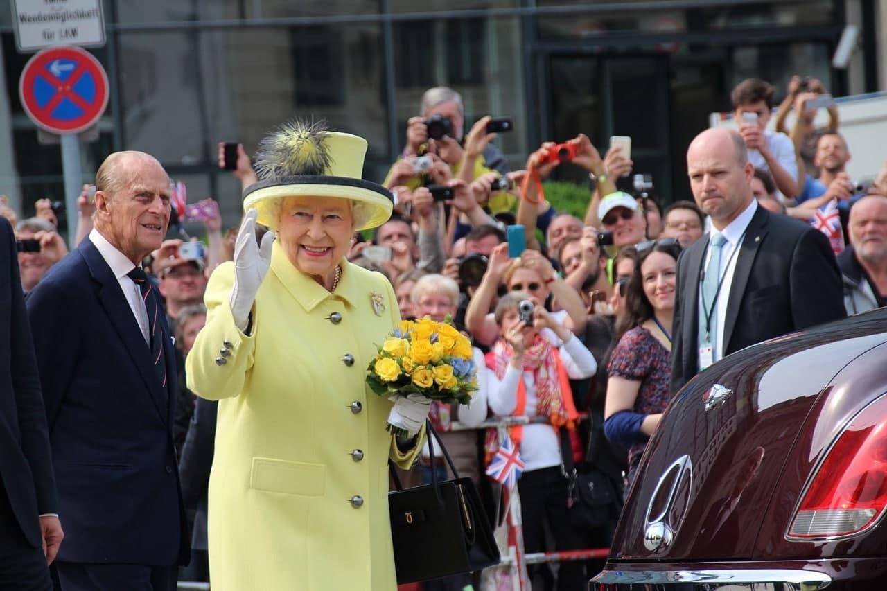 Королева Елизавета II отказалась от премии «Старушка года»